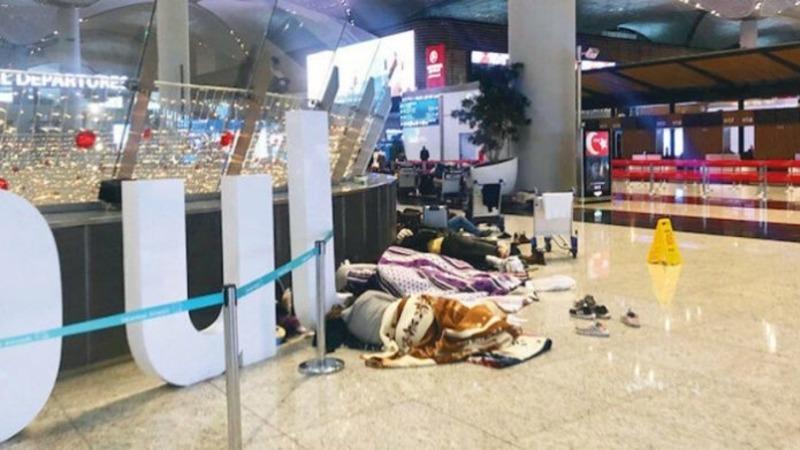 После прекращения авиарейсов в Стамбульском аэропорту застряли тысячи пассажиров